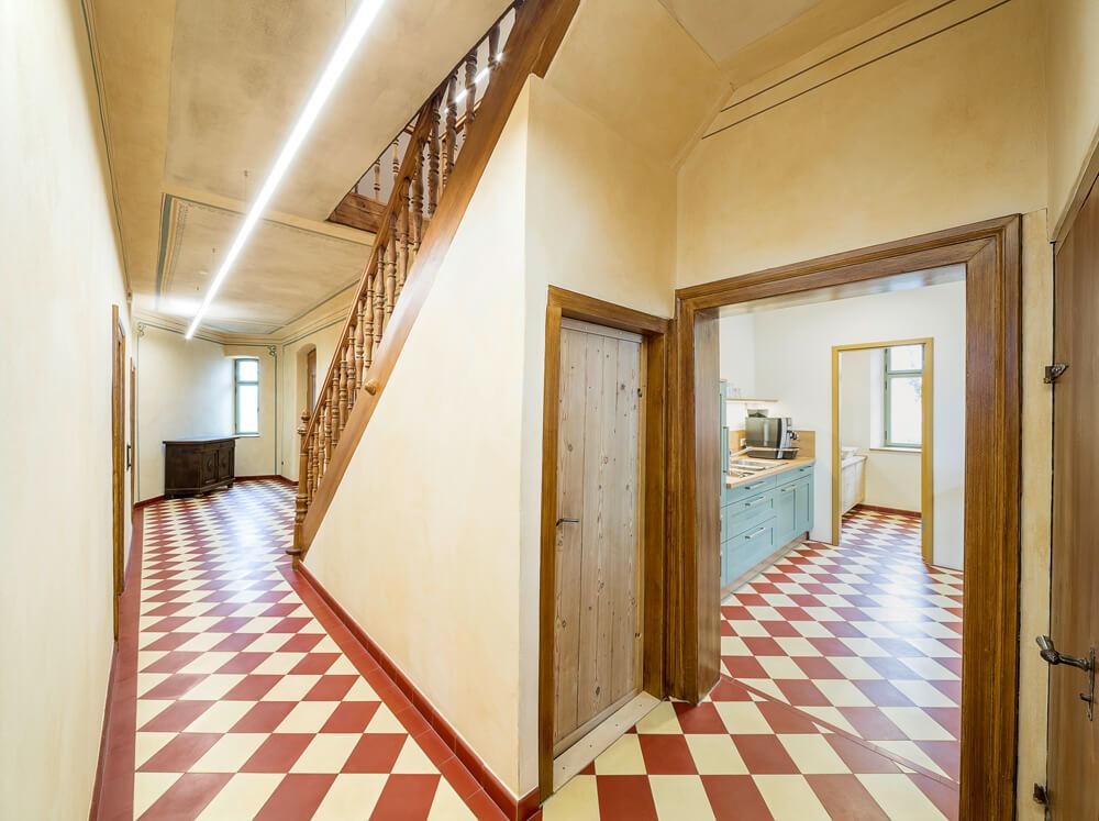 Gartenvilla-NM_14-Innen-Flur-Kellerabgang