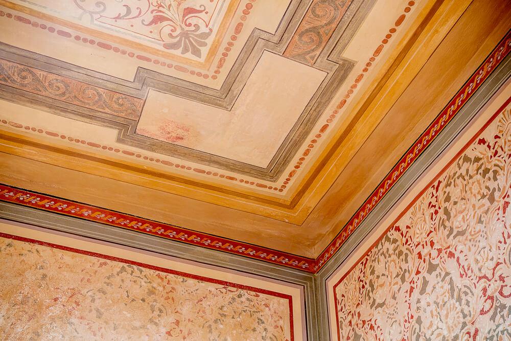 Gartenvilla-NM_19-Innen-Herrenzimmer-restaurierte-Wand-Decke